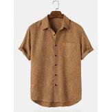 Camisas masculinas básicas de veludo cotelê com bolso de lapela alta e baixa bainha manga curta