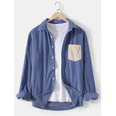 Camisas simples de manga larga de solapa de color sólido de pana para hombre con bolsillo de patchwork